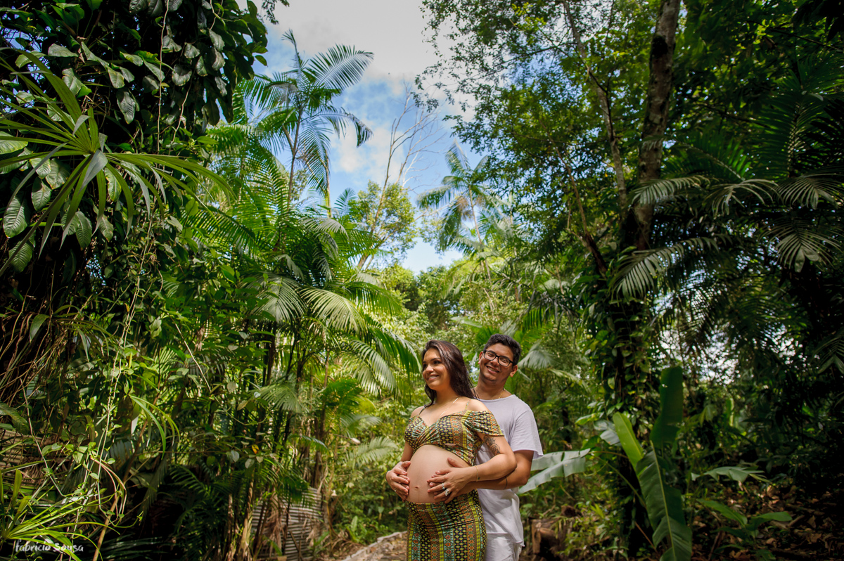 retrato dos pais segurando barriga da gestante Mariana Gato Guerreiro em Belém