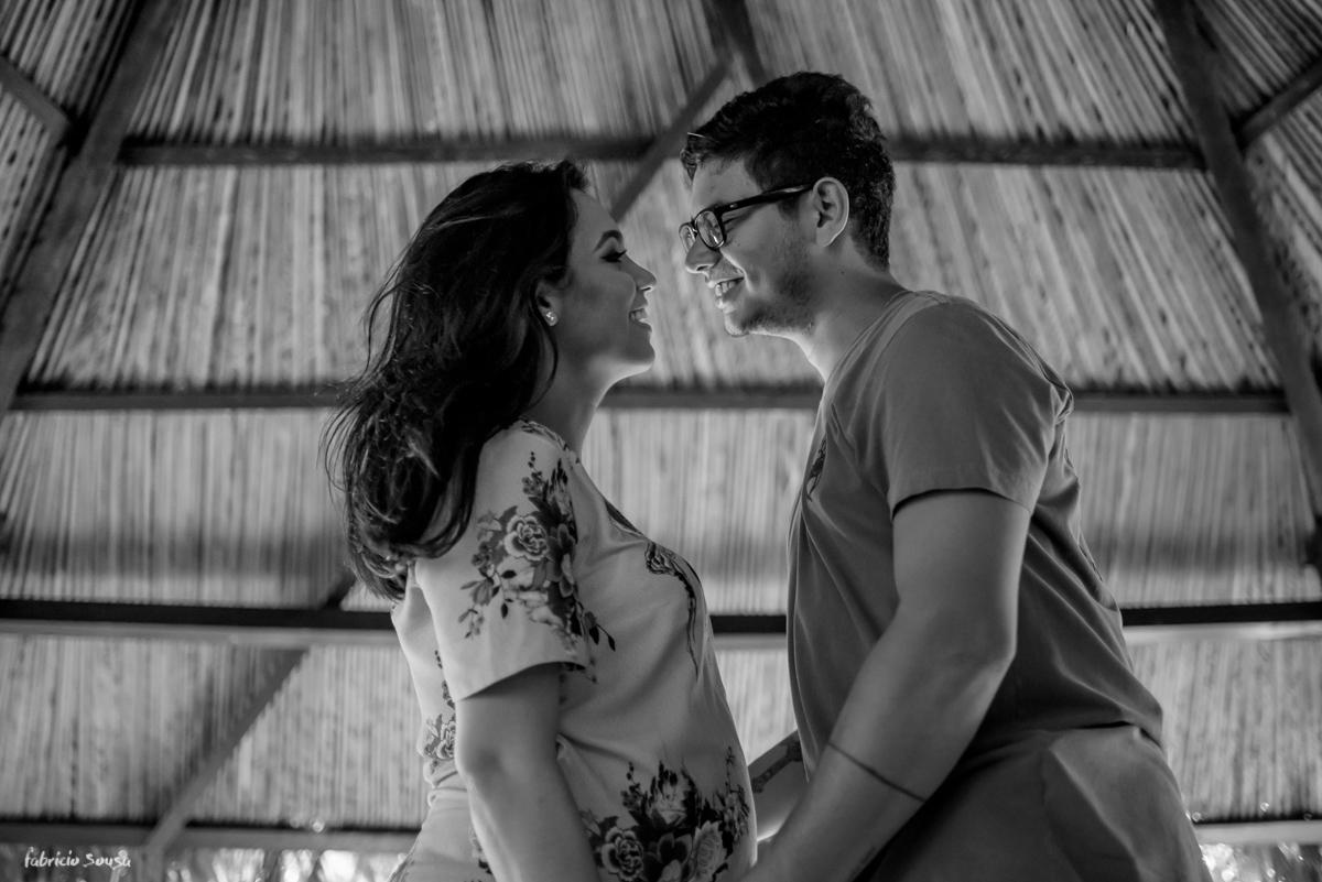 casal gestante quase de beija embaixo da chopana do parque dos igarapés