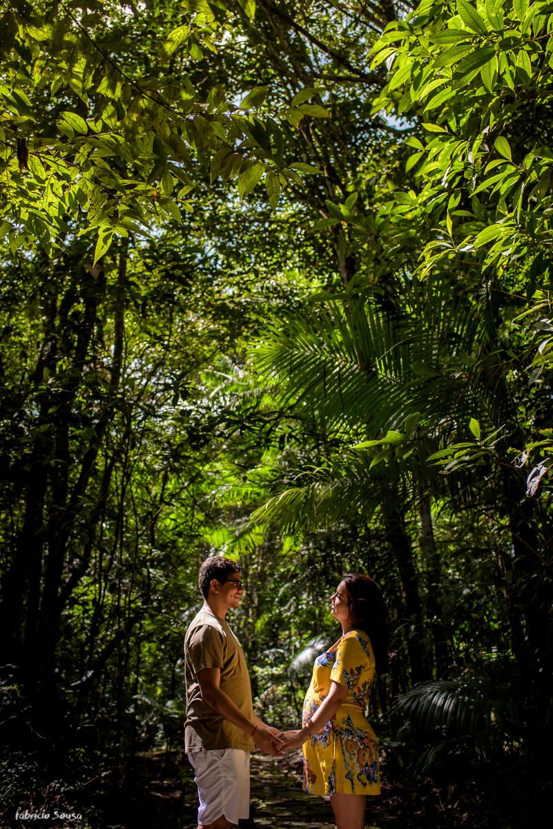 retrato do casal de mãos dadas na sessão fotográfica de grávida no meio da amazonia - Parque dos Igarapés - Belém do Pará