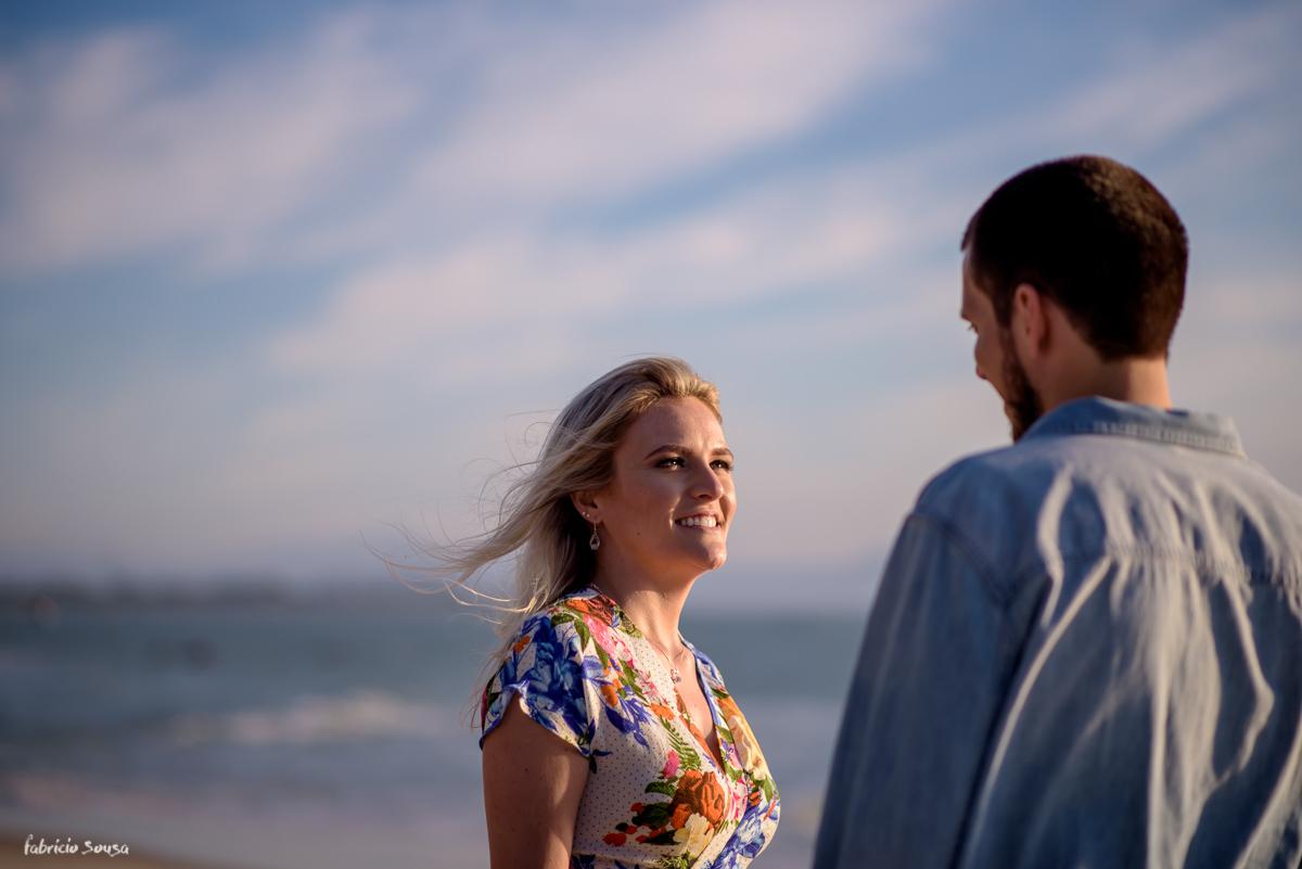 troca de olhares dos noivos na sessão fotográfica