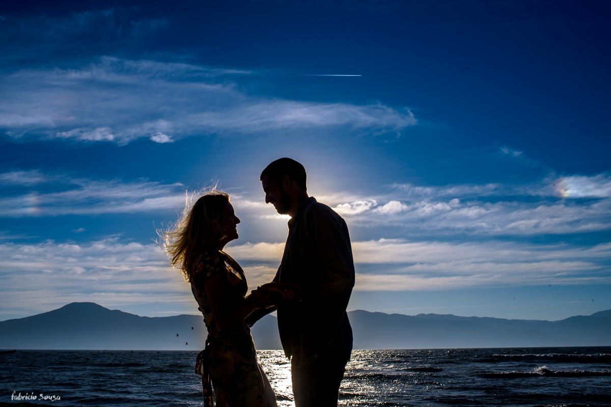 silhueta do casal na praia da Daniela em Floripa