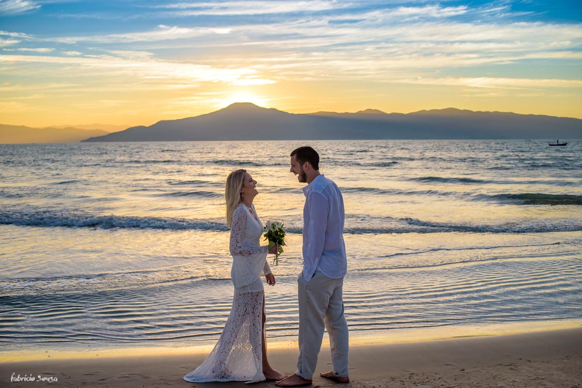 noivos gargalhando e sorrindo bastante em seu ensaio pre casamento na praia da Daniela em Florianópolis