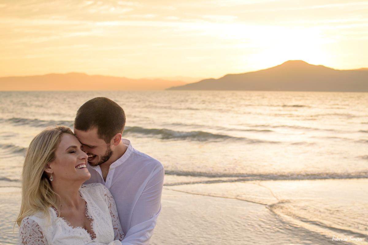 por do sol dourado a hora mágica perfeita para uma sessão de noivos prewedding