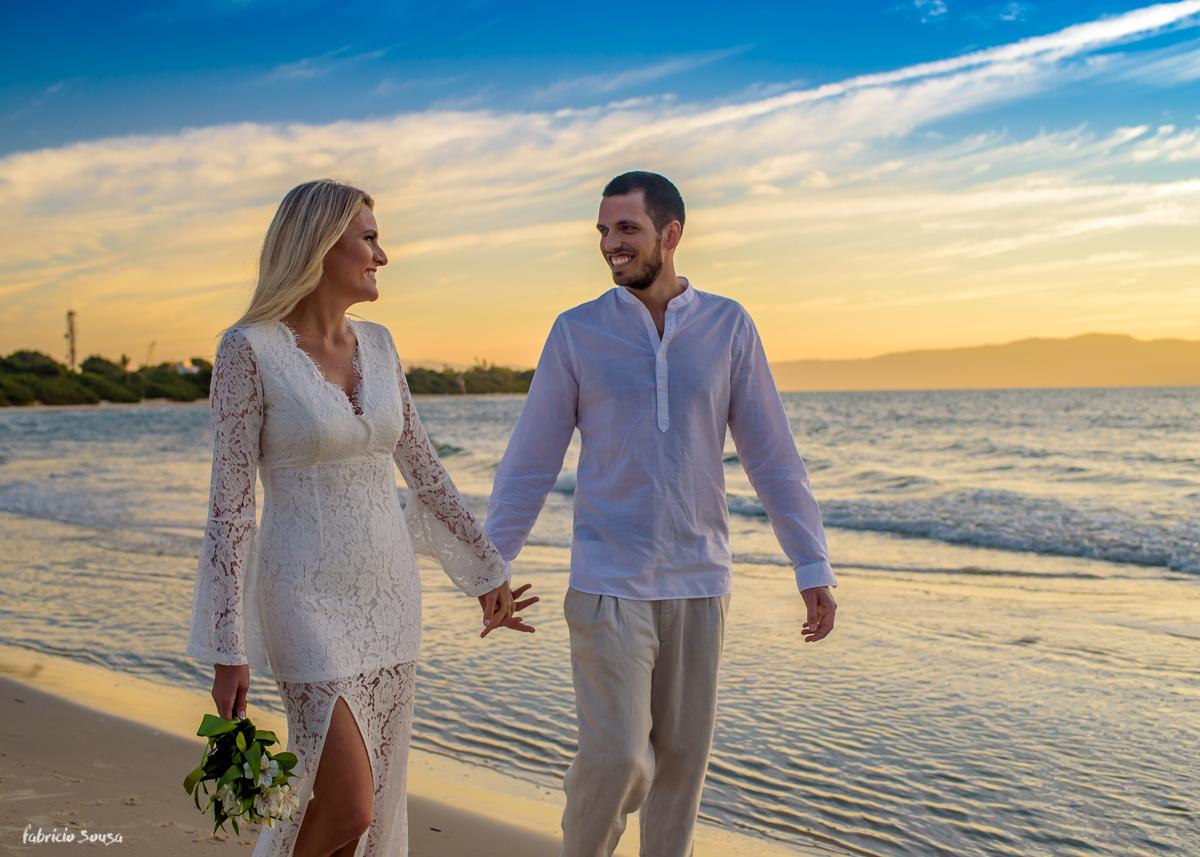 casal de branco na praia em sessão fotográfica pre-casamento em Floripa - praia da Daniela