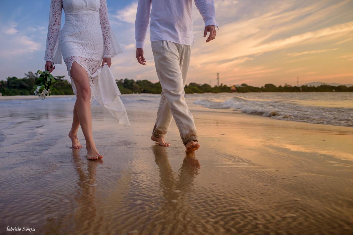 detalhe dos pés na areia molhada da praia da Daniela - ensaio de noivado