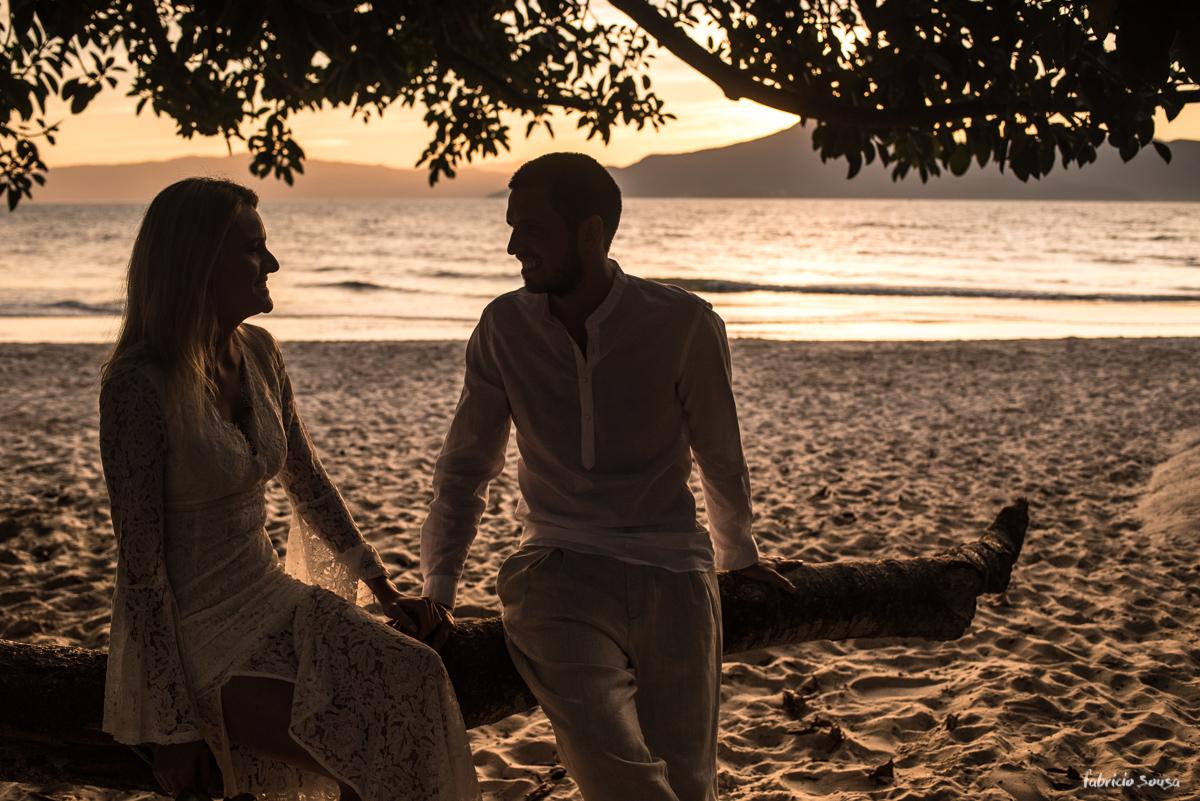 silhueta do casal embaixo da árvore na praia da Daniela Floripa
