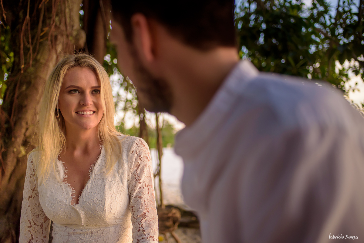 a noiva emocionada olhando o noivo