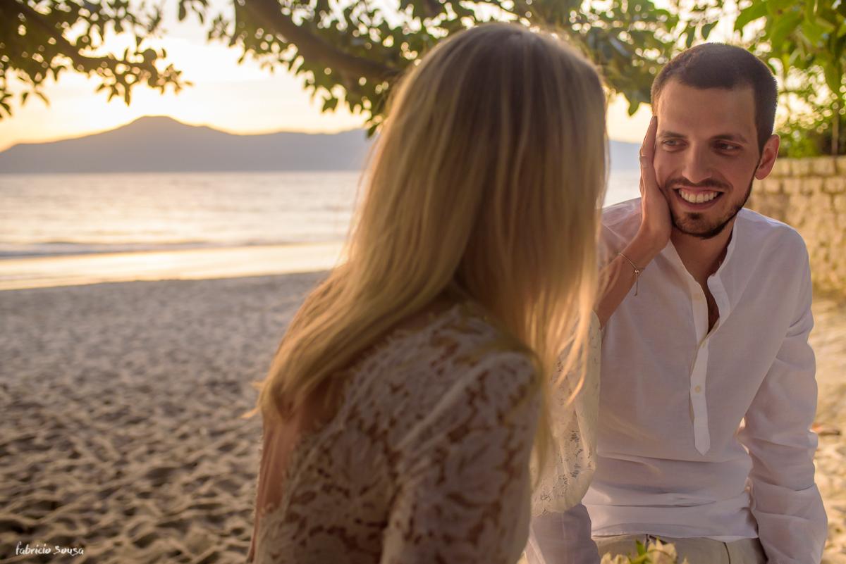 olhar do noivo apaixonado na sessão fotográfica