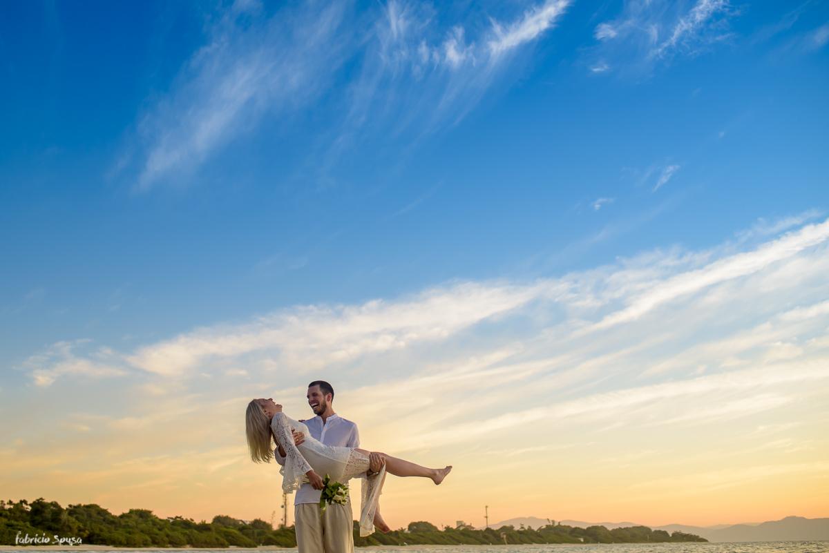 noivo carrega sua amada em ensaio pre-casamento na praia da Daniela Floripa Santa Catarina