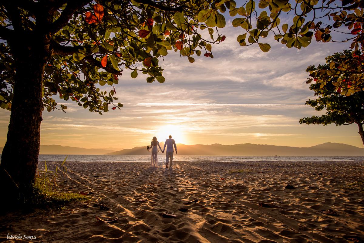 noivos caminhando em direção ao mar de Santa Catarina - praia da Daniela
