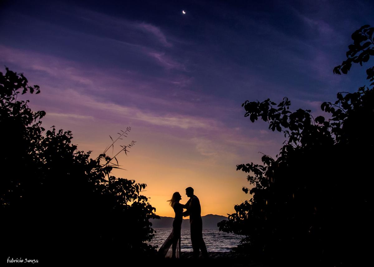 silhueta do casal no final do ensaio prewedding na praia da Daniela - Floripa paradisíaca