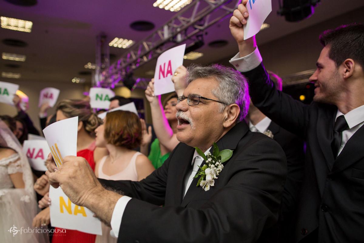 pai da noiva louco por Beatles cantando