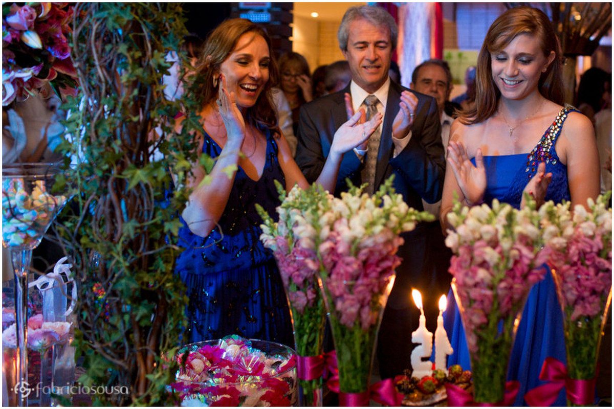 pais cantam parabéns para Isabela no restaurante Quatro Estações