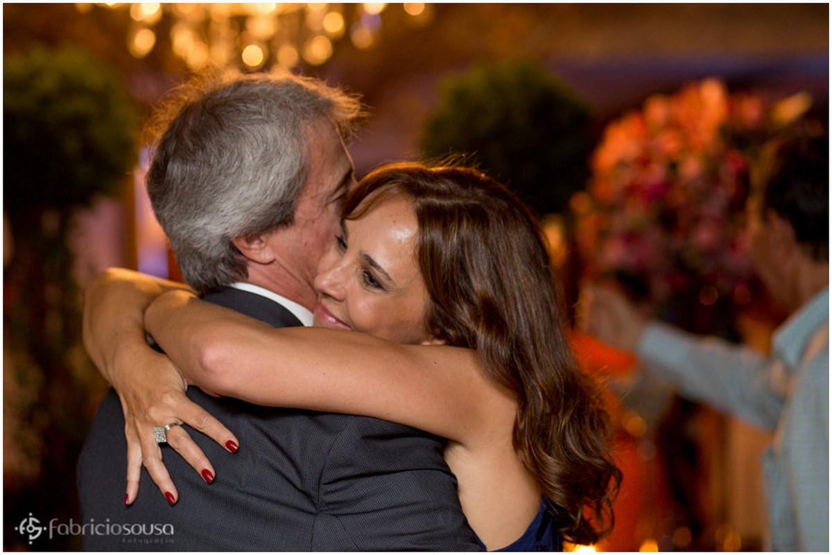 casal de pais dança junto na festa da filha