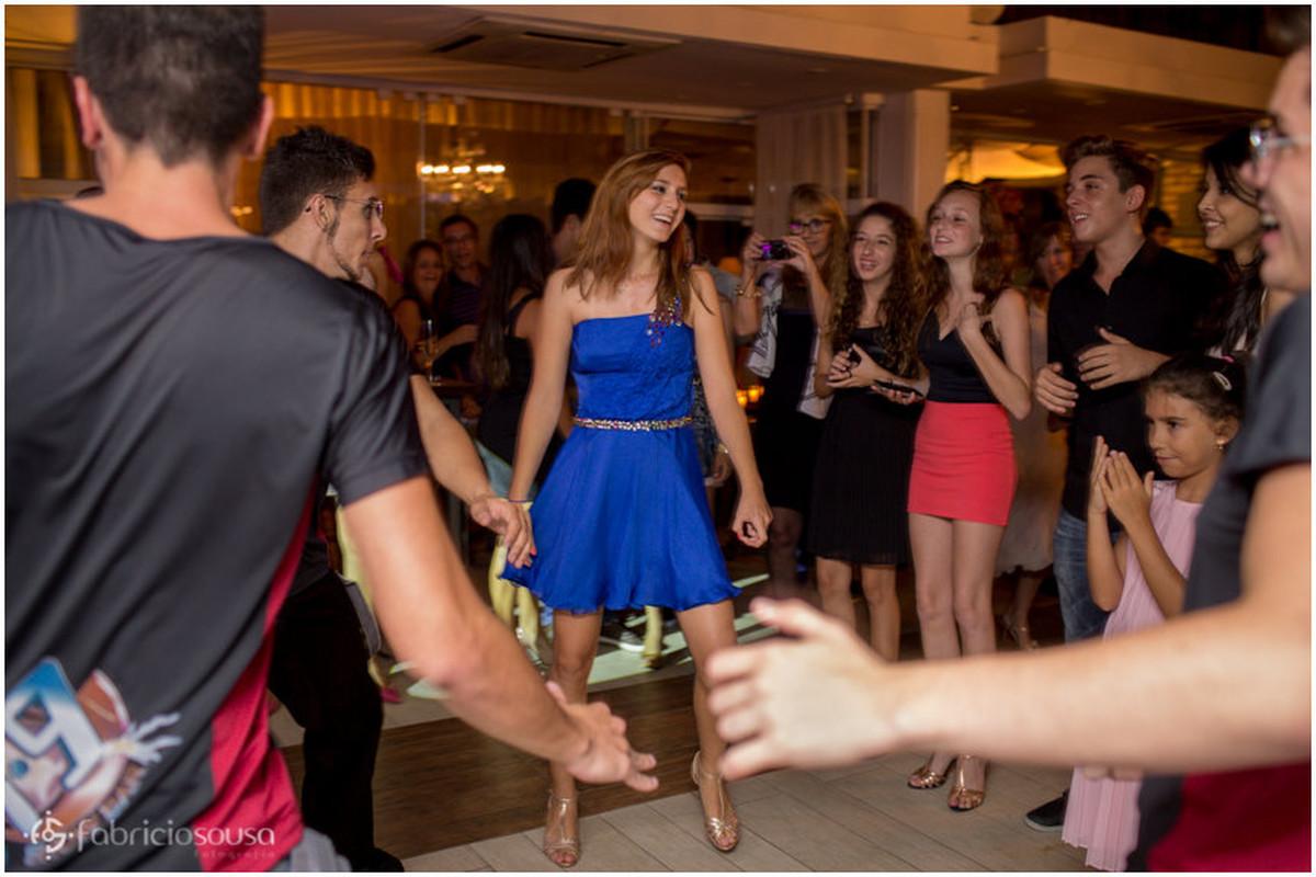 aniversariante dançando e curtindo sua festa