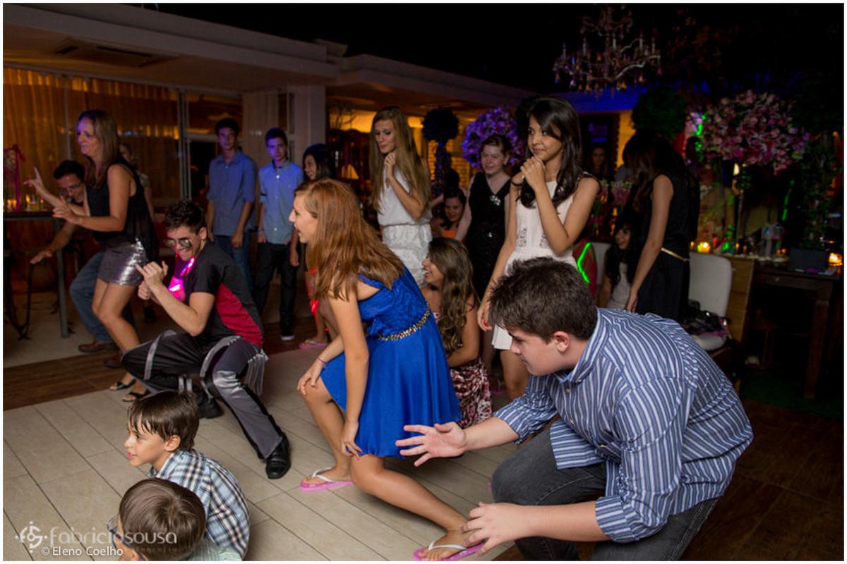 debutante se divertindo na sua festa de chinelos cor-de-rosa