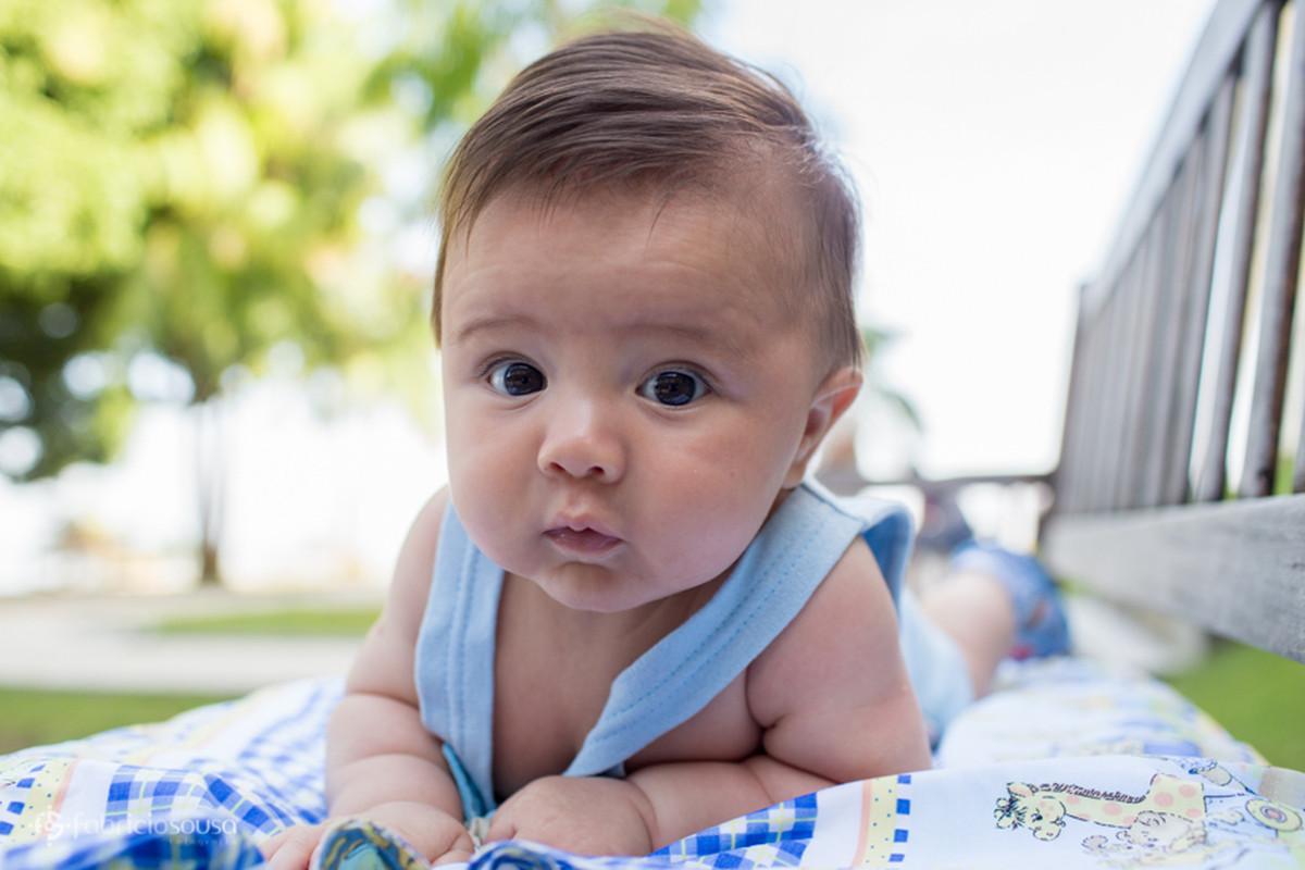 Close no bebê fazendo biquinho