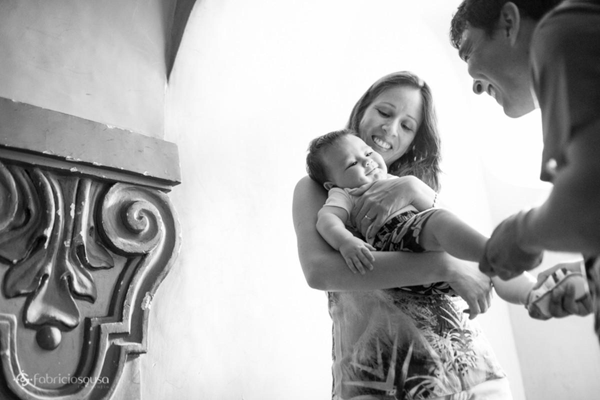 Angélica segura o filho no colo pb