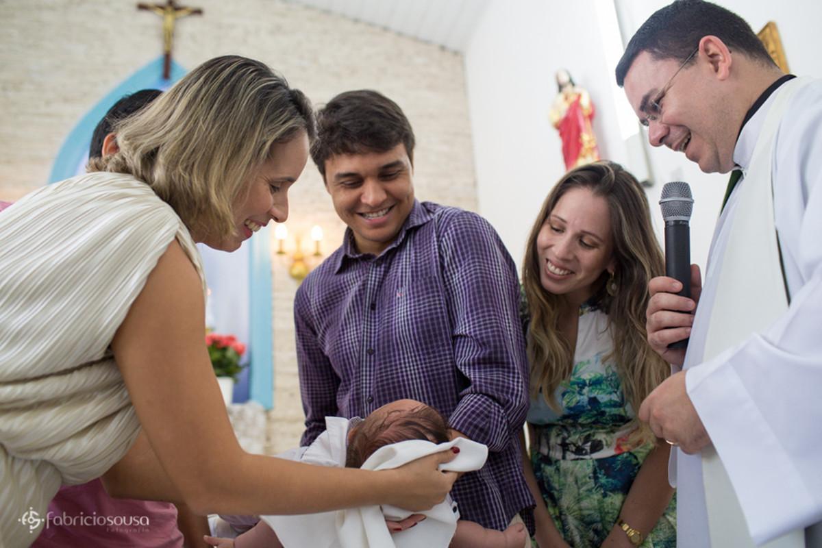 Pais e familiares felizes com o batizado