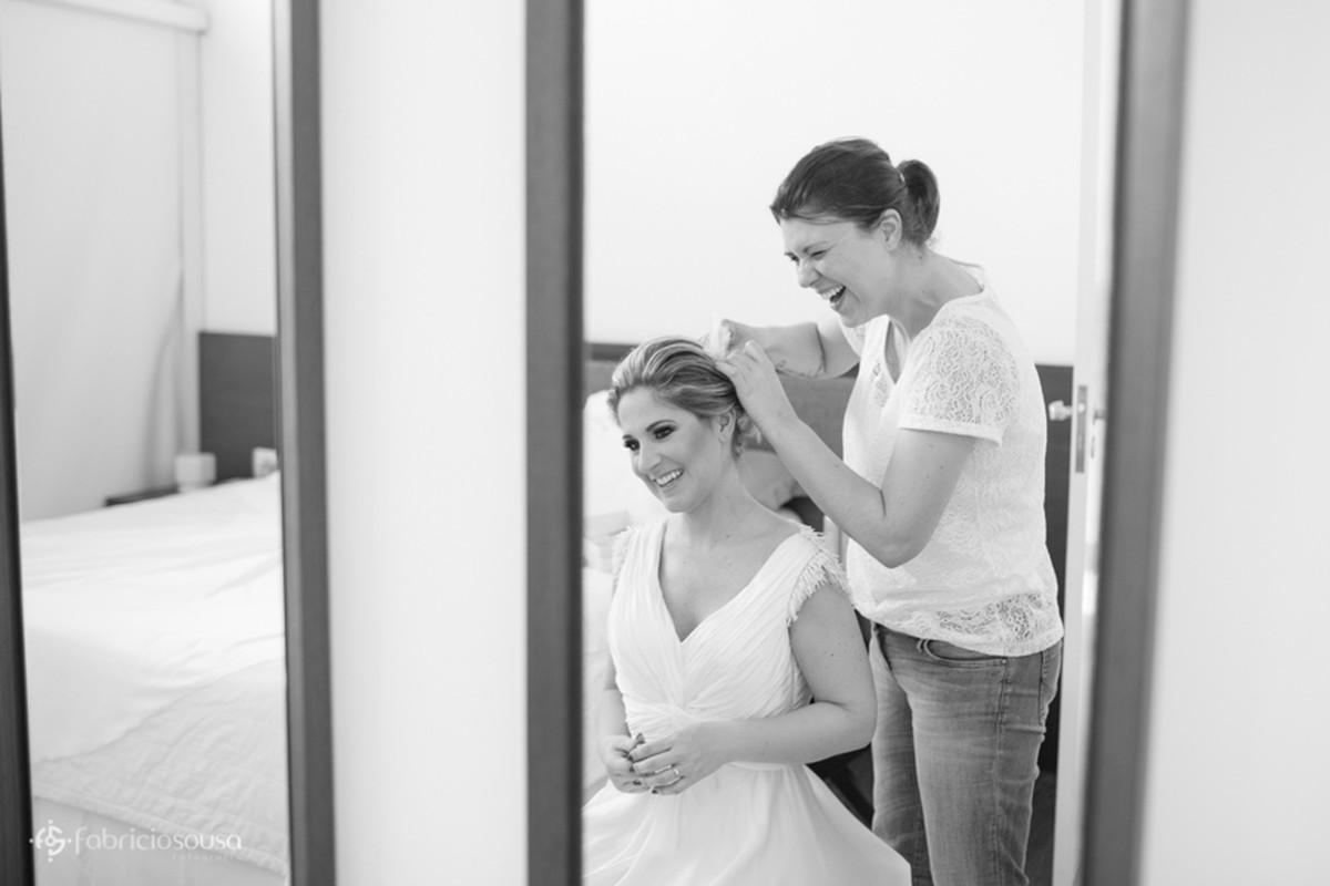 a noiva fazendo o cabelo no making of na suite do hotel