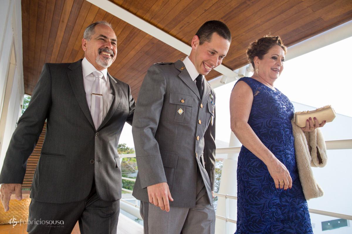 o noivo acompanhado dos pais momentos antes da entrada