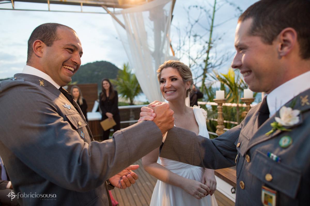 cumprimento do noivo com padrinho que levou as alianças - ao fundo a cerimonialista Nemora Viana assessora e produtora de eventos