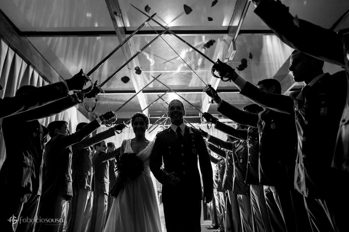 o teto de aço na saída dos noivos