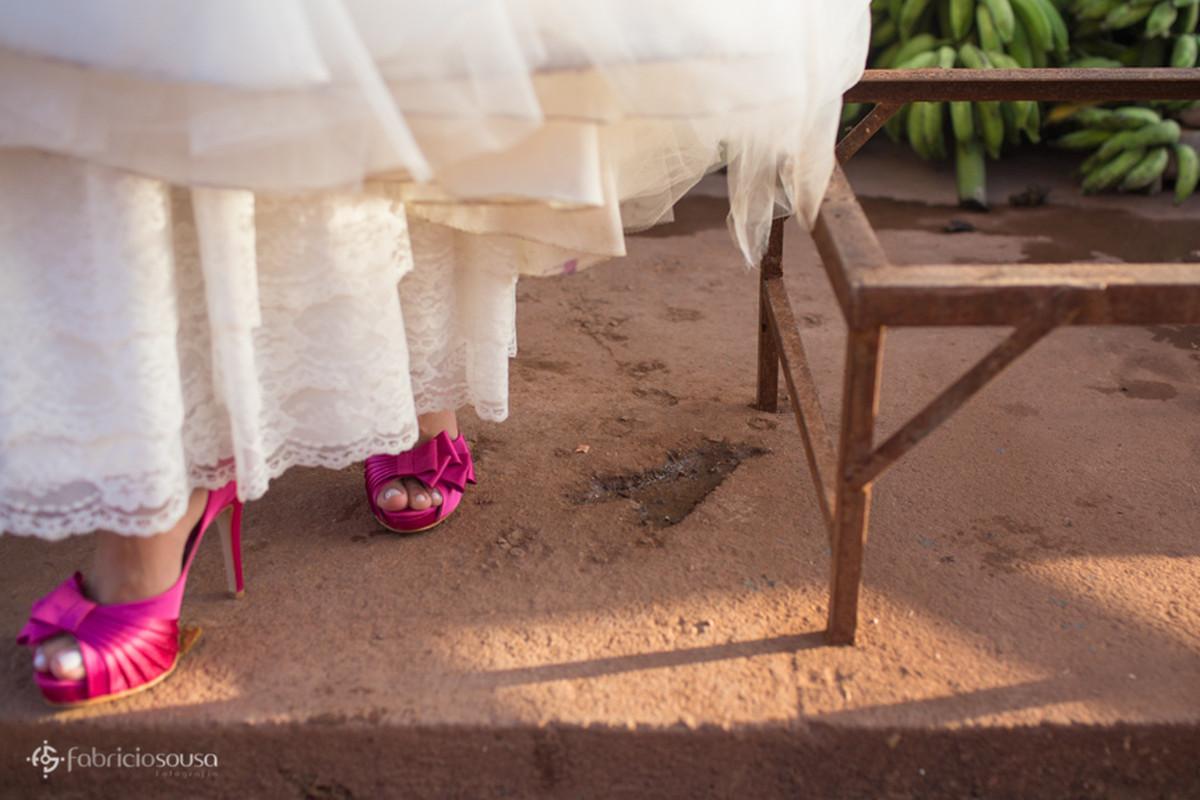 detalhe do sapato em ensaio trash the dress na feira