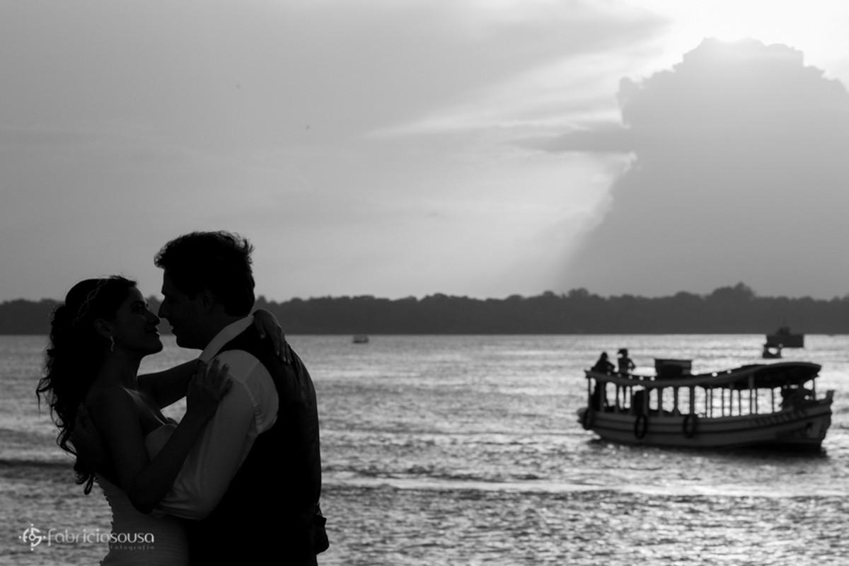 casal se beija à beira do Rio Amazonas