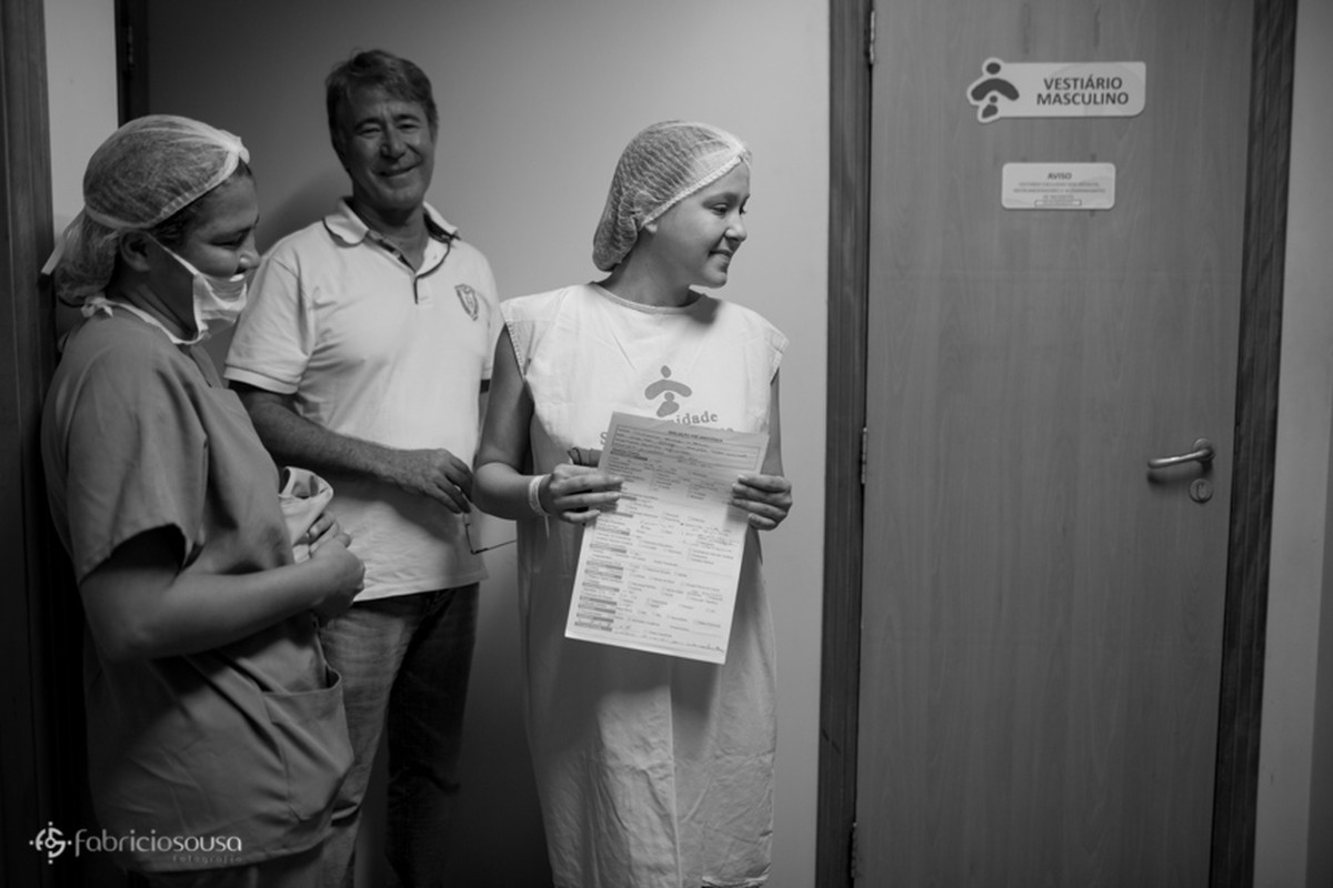 Mamãe pronta para começar os procedimentos do parto pb