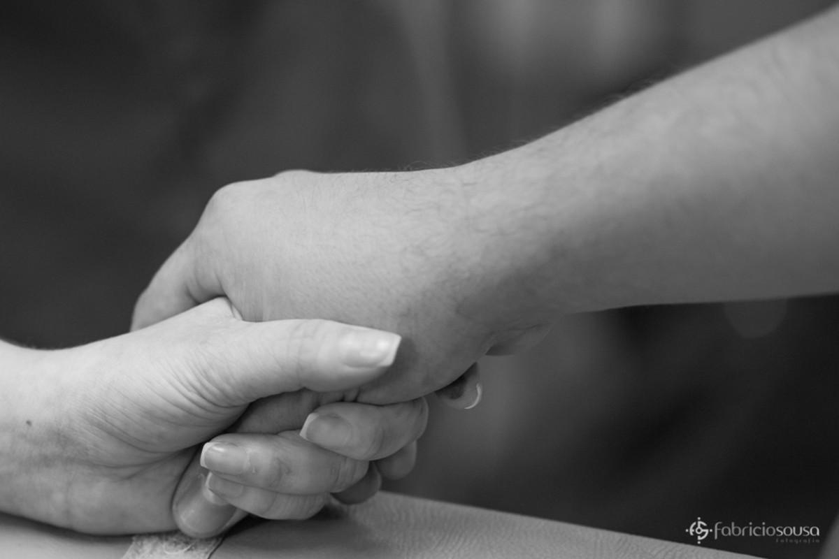 pai segura mão da mãe na hora do parto bw