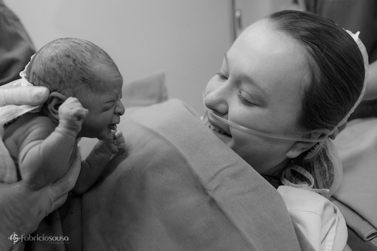 a primeira troca de olhares entre mãe e filho no nascimento parto black and white