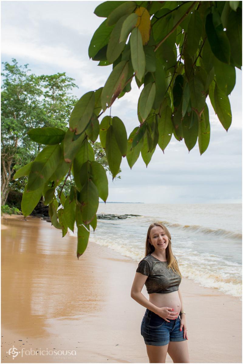 Mulher grávida em sessão fotográfica em praia de Belém do Pará