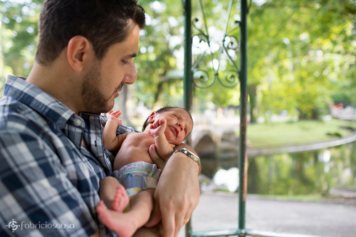 Bebê recém nascido no colo do pai