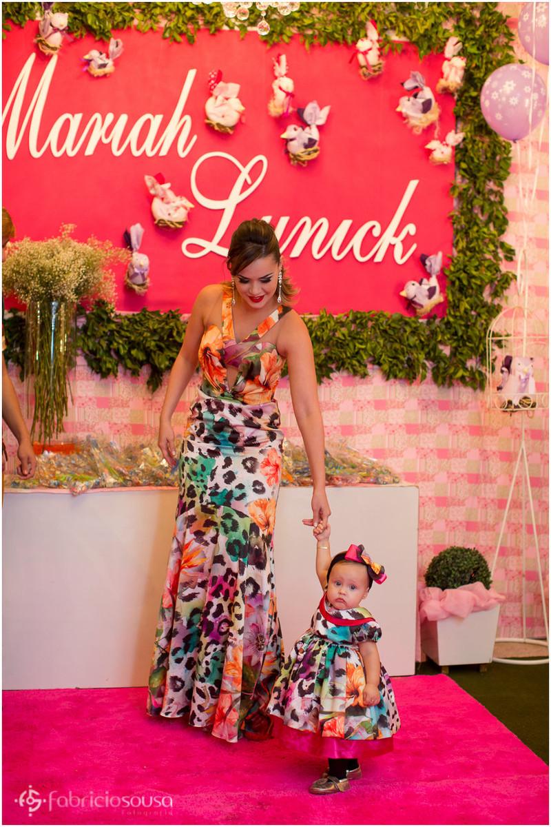 Mãe e filha em frente à mesa de doces