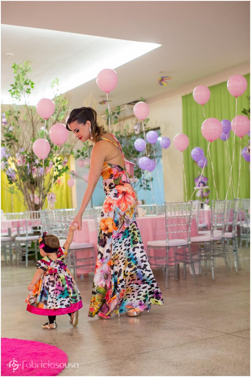 mãe e filha vestidas iguais no aniversário infantil de 1 ano