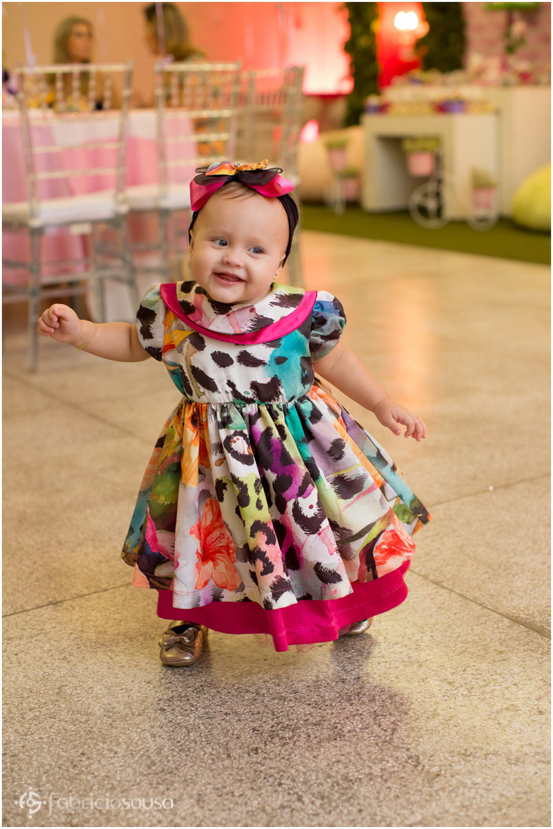 bebe lindo com vestido colorido