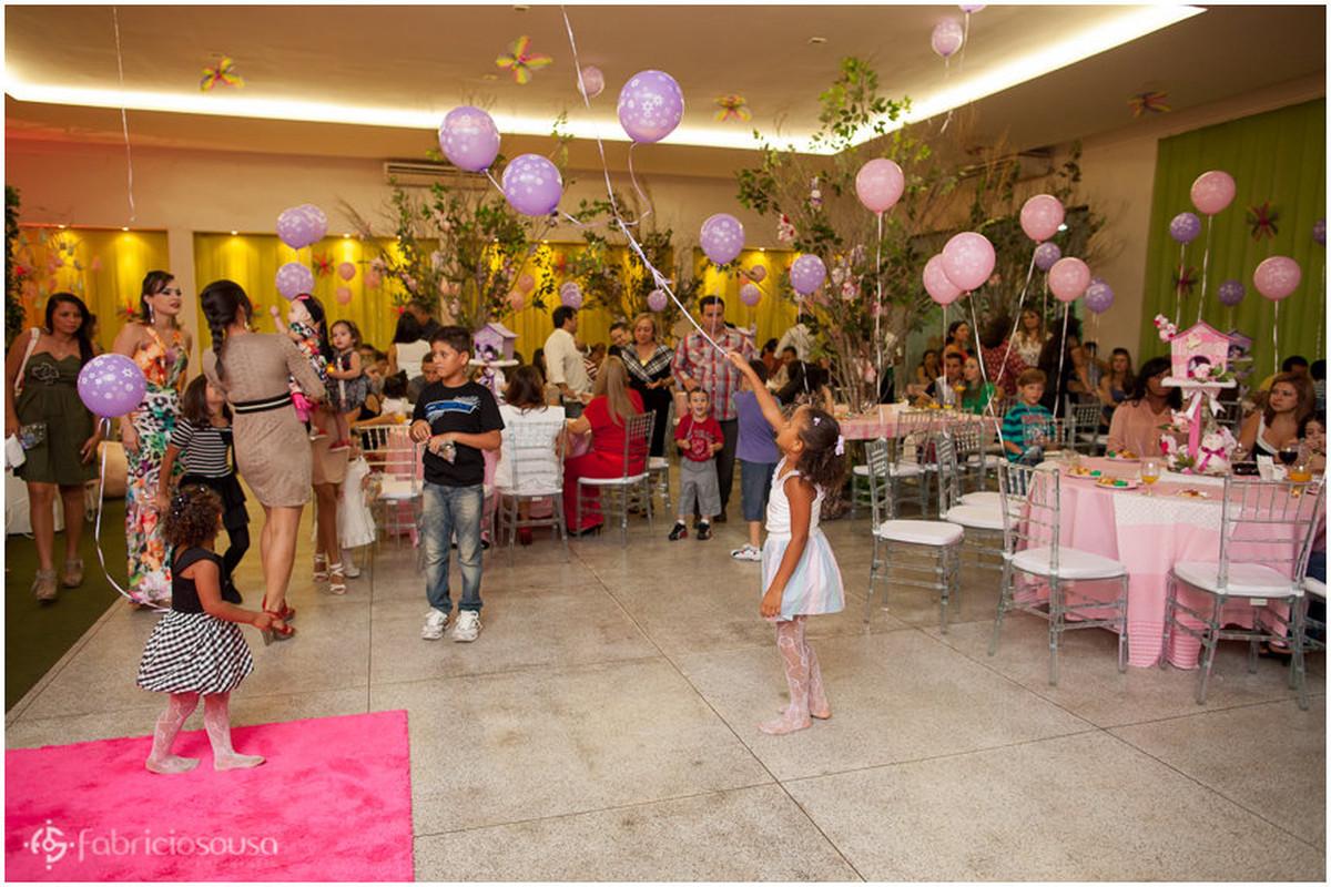 crianças brincando com balões