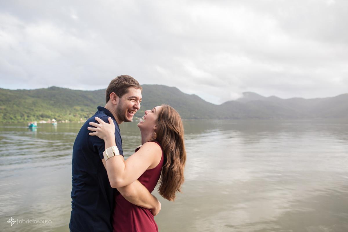 gargalhadas animadas à beira da Lagoa da Conceição em Floripa