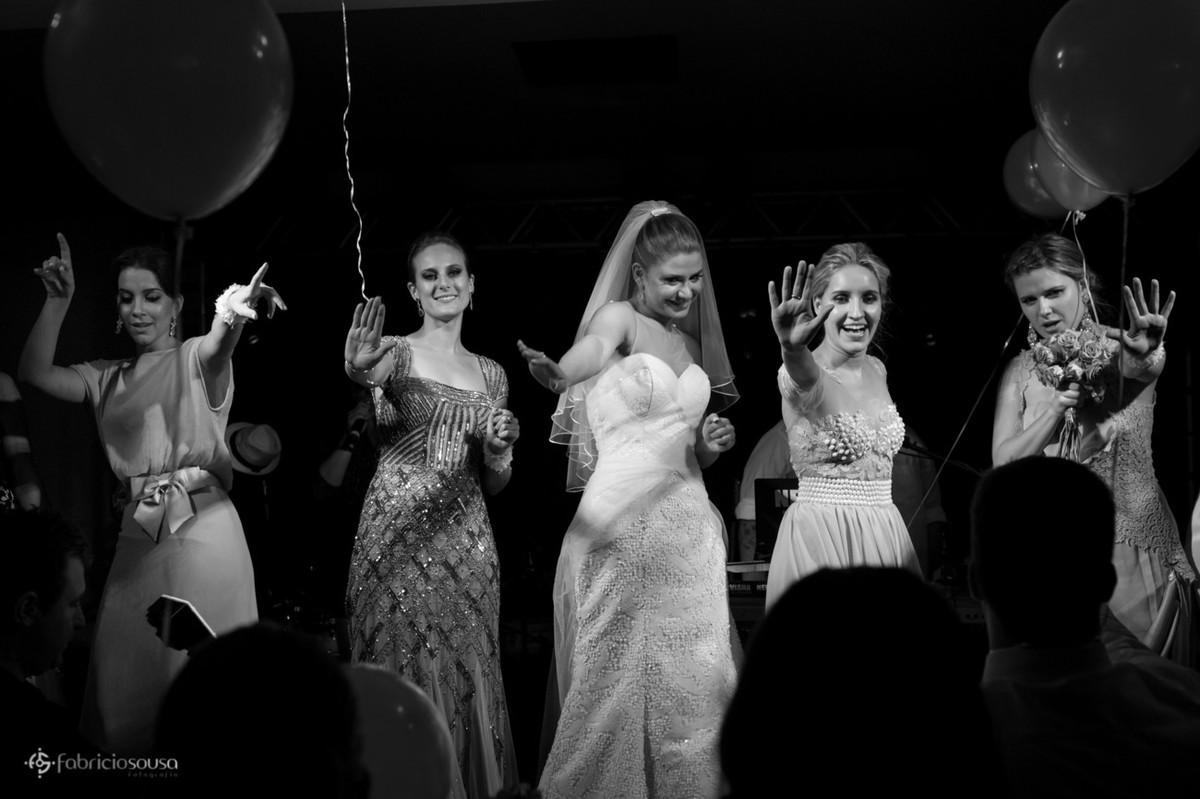 noiva e madrinhas dançando no palco do Lira