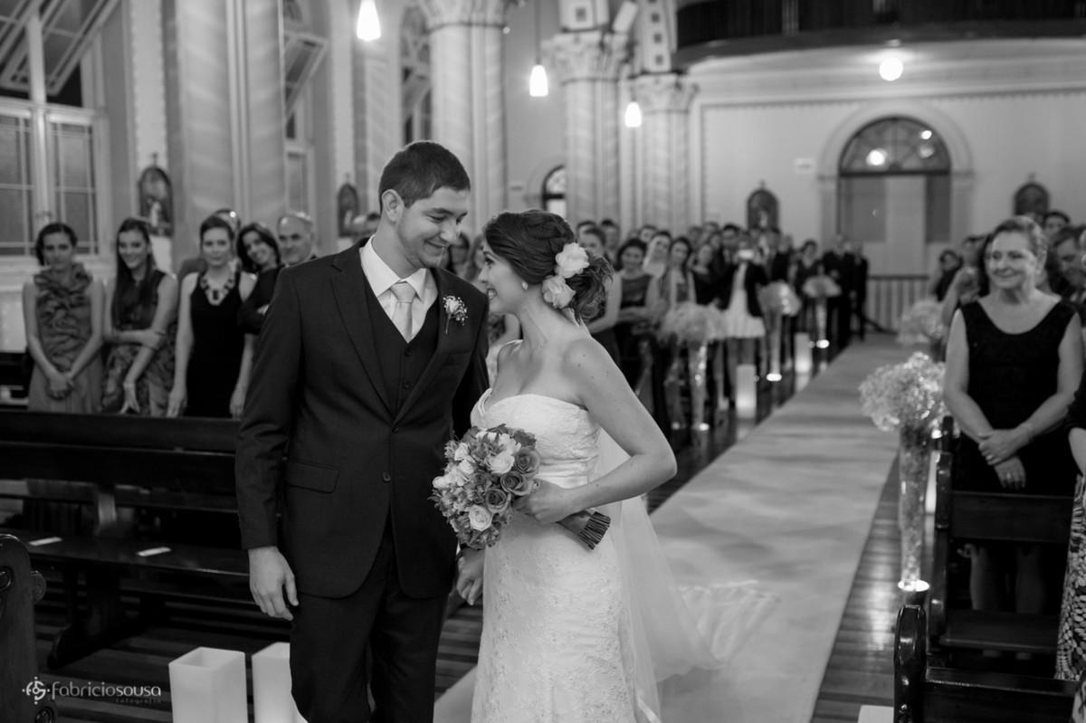 noivos chegando ao altar
