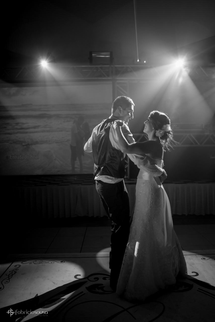 noivos dançam com um belo contraluz que o DJ Julio Cesar enviou