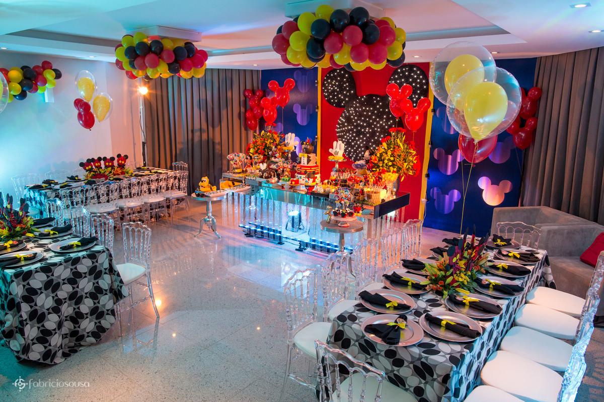Salão de festas decorado e colorido