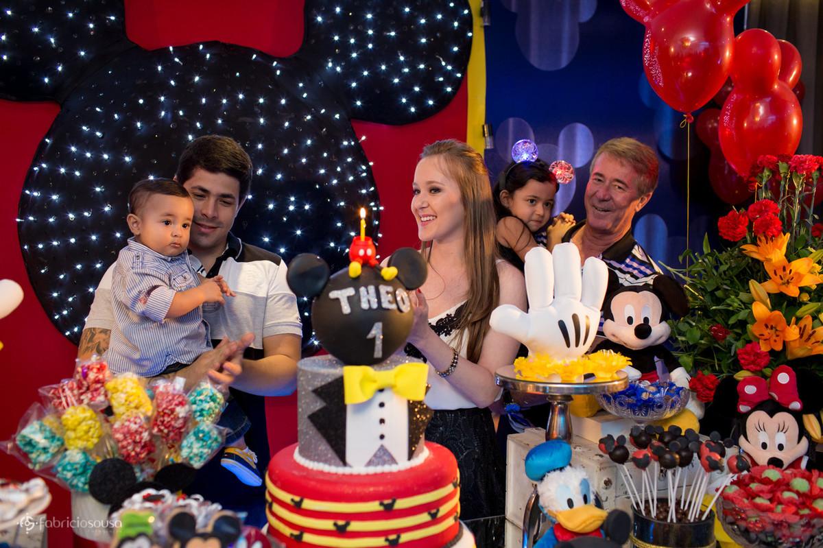 decoração da Decora Belém com tema da Disney e todos cantando parabéns