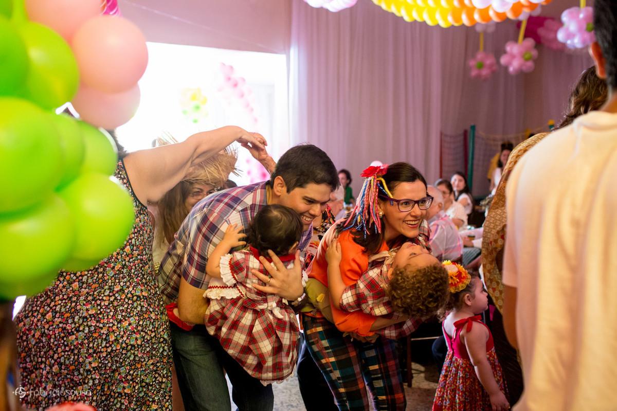 quadrilha no aniversário infantil com tema de festa junina