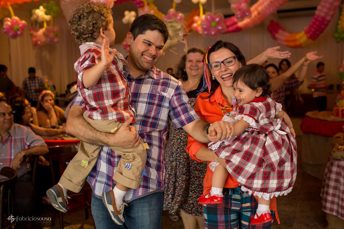 Família vestida a caráter de festa junina