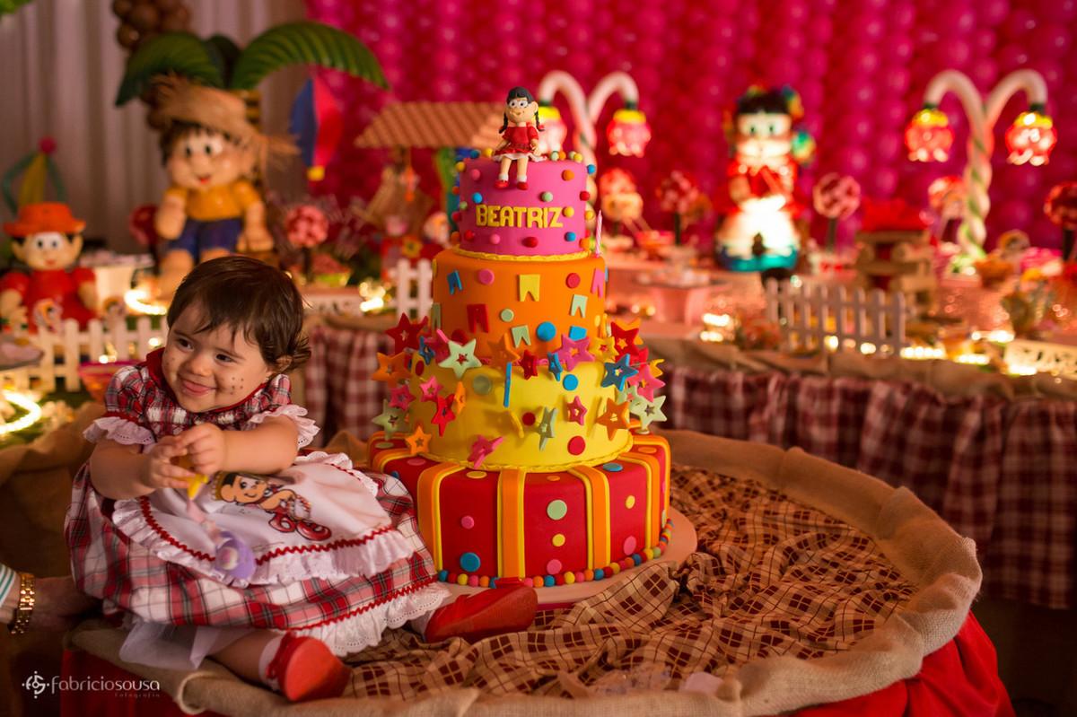 Aniversário de 1 ano da Beatriz ao lado do grande bolo