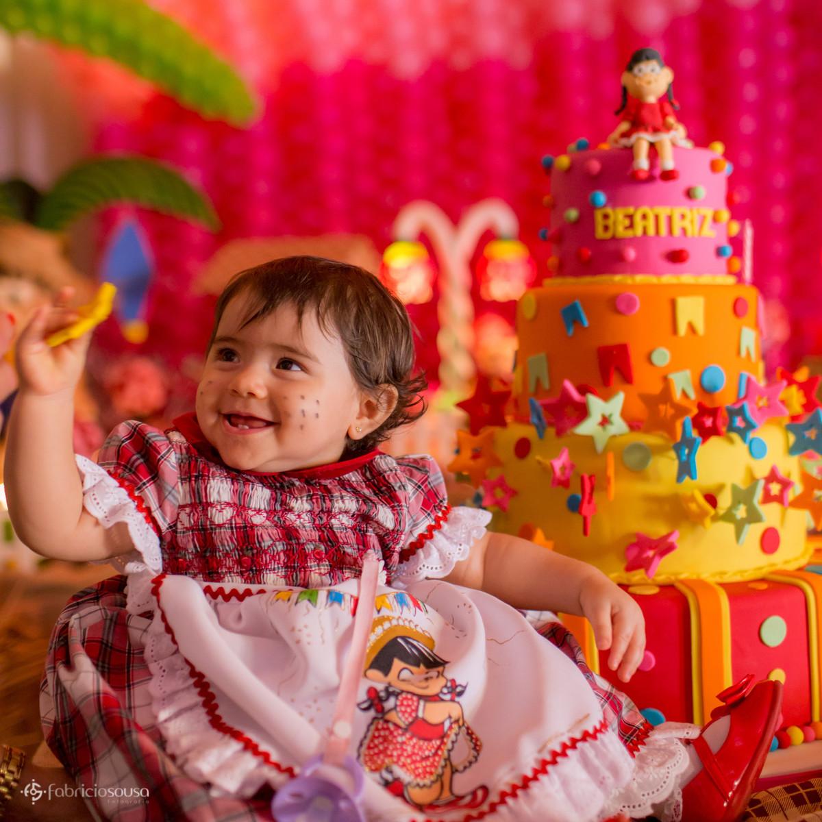 Detalhe da Beatriz e do bolo da aniversariante