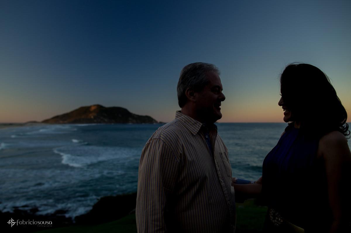 silhueta do casal no por-do-sol