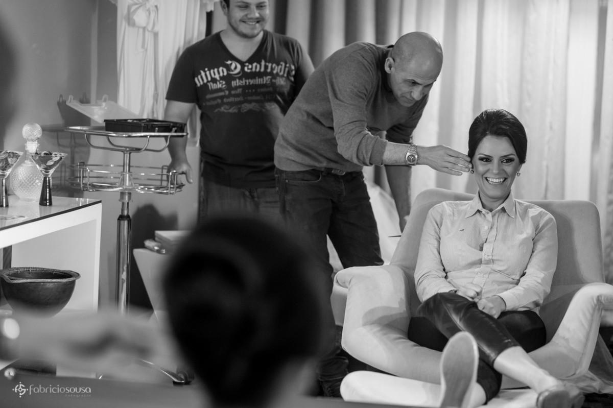 João Costa fazendo o penteado da noiva